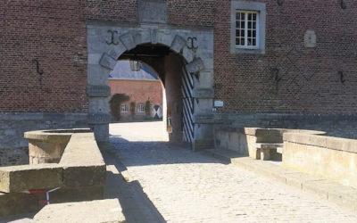 De weg onder de poort